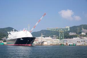 海上から眺める三菱重工株式会社長崎造船所とジャイアント・カンチレバークレーンの写真素材 [FYI03013931]