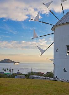 小豆島オリーブ公園内のギリシャ風車の写真素材 [FYI03014042]