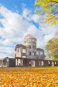秋晴れの下の原爆ドームの写真素材 [FYI03014043]