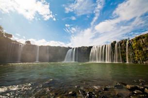 秋晴れの下の原尻の滝の写真素材 [FYI03014090]