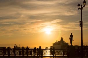 幣舞橋から夕日を眺めるの写真素材 [FYI03014129]