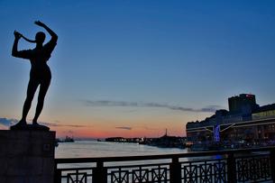 幣舞橋から夕焼けを眺めるの写真素材 [FYI03014131]
