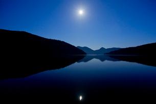 夜の然別湖の写真素材 [FYI03014142]