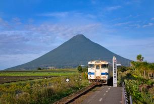 JR九州指宿枕崎線と開聞岳の写真素材 [FYI03014167]