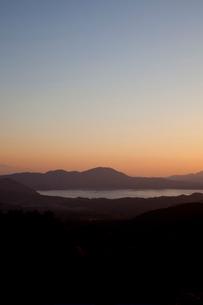 秋の田沢湖の夕景の写真素材 [FYI03014226]