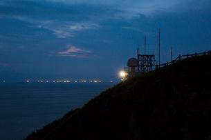 竜飛崎と漁り火の風景の写真素材 [FYI03014309]
