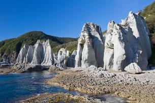 奇岩立ち並ぶ仏ヶ浦の風景の写真素材 [FYI03014436]