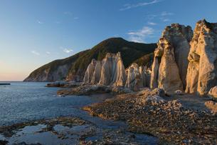 奇岩立ち並ぶ仏ヶ浦の風景の写真素材 [FYI03014453]