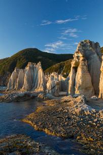 奇岩立ち並ぶ仏ヶ浦の風景の写真素材 [FYI03014455]