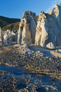 奇岩立ち並ぶ仏ヶ浦の風景の写真素材 [FYI03014456]