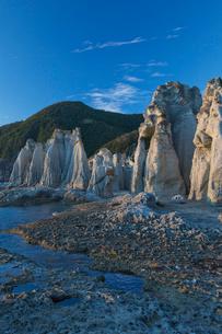 奇岩立ち並ぶ仏ヶ浦の風景の写真素材 [FYI03014459]
