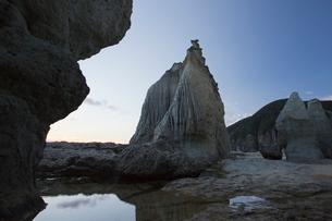 奇岩立ち並ぶ仏ヶ浦の風景の写真素材 [FYI03014461]