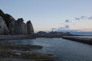 奇岩立ち並ぶ仏ヶ浦の風景の写真素材 [FYI03014465]