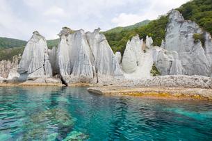 奇岩立ち並ぶ仏ヶ浦の風景の写真素材 [FYI03014471]