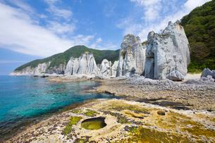 奇岩立ち並ぶ仏ヶ浦の風景の写真素材 [FYI03014472]
