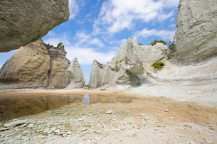 奇岩立ち並ぶ仏ヶ浦の風景の写真素材 [FYI03014474]
