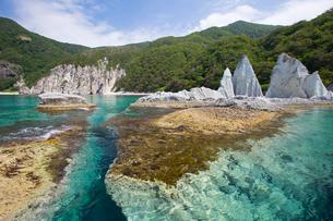 奇岩立ち並ぶ仏ヶ浦の風景の写真素材 [FYI03014476]