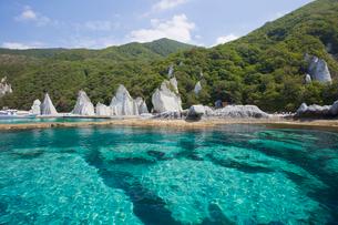 奇岩立ち並ぶ仏ヶ浦の風景の写真素材 [FYI03014481]