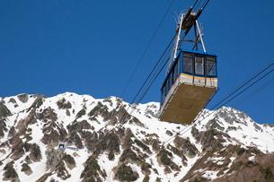 残雪の立山にて立山ロープウェイの風景の写真素材 [FYI03014497]