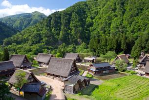 山間に佇む五箇山菅沼集落の写真素材 [FYI03014521]