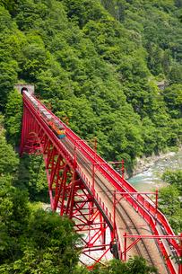 やまびこ展望台より黒部渓谷トロッコ電車を望むの写真素材 [FYI03014530]
