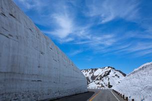 室堂付近にある雪の大谷の写真素材 [FYI03014542]