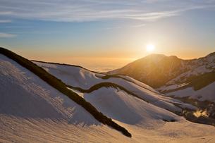立山室堂から夕日を眺めるの写真素材 [FYI03014549]