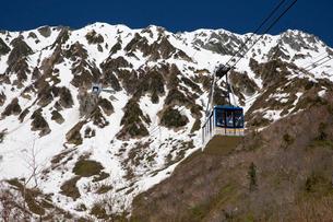 残雪の立山にて立山ロープウェイの風景の写真素材 [FYI03014565]