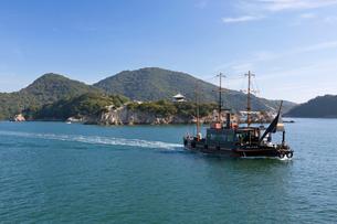 鞆の浦に浮かぶ弁天島と仙酔島の写真素材 [FYI03014648]