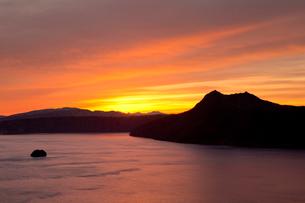 朝焼けの摩周湖の風景の写真素材 [FYI03014808]