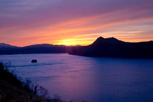 朝焼けの摩周湖の風景の写真素材 [FYI03014812]
