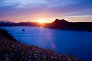 朝焼けの摩周湖の風景の写真素材 [FYI03014816]