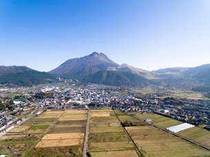 空から由布岳と由布院盆地を望むの写真素材 [FYI03014903]