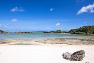 西表島の北端に位置する星砂の浜の写真素材 [FYI03014992]