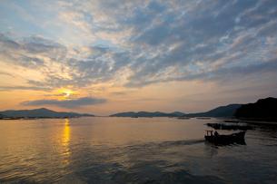 朝焼けの虫明湾の風景の写真素材 [FYI03015202]