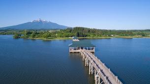上空から眺める鶴の舞橋と岩木山の写真素材 [FYI03015747]