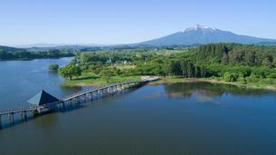 上空から眺める鶴の舞橋と岩木山の写真素材 [FYI03015759]