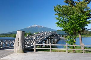 澄み切った初夏の青空と鶴の舞橋の写真素材 [FYI03015764]