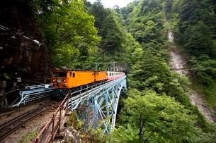 後曳橋を走行中の黒部峡谷トロッコ列車の写真素材 [FYI03015869]