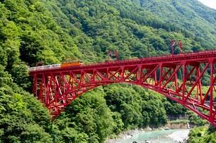 新山彦橋を走行中の黒部峡谷トロッコ列車の写真素材 [FYI03015871]
