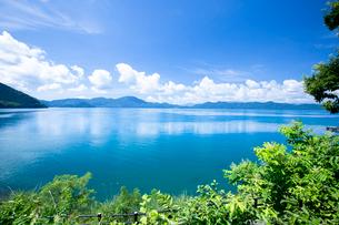 翡翠色に輝く夏の田沢湖の写真素材 [FYI03015885]