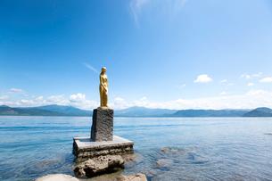 翡翠色に輝く夏の田沢湖とたつこ像の写真素材 [FYI03015890]
