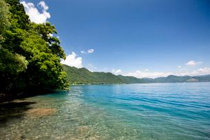 翡翠色に輝く夏の田沢湖の写真素材 [FYI03015892]