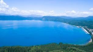 翡翠色に輝く夏の田沢湖の空撮の写真素材 [FYI03015894]