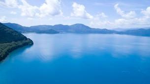 翡翠色に輝く夏の田沢湖の空撮の写真素材 [FYI03015895]