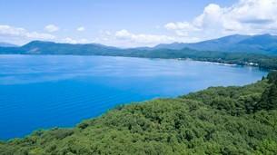 翡翠色に輝く夏の田沢湖の空撮の写真素材 [FYI03015896]