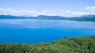 翡翠色に輝く夏の田沢湖の空撮の写真素材 [FYI03015898]