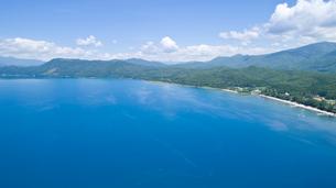 翡翠色に輝く夏の田沢湖の空撮の写真素材 [FYI03015899]