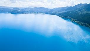 翡翠色に輝く夏の田沢湖の空撮の写真素材 [FYI03015900]