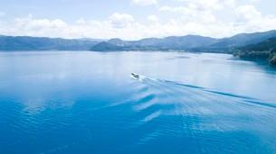 翡翠色に輝く夏の田沢湖の空撮の写真素材 [FYI03015902]